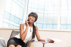 Bizneswoman opowiada na telefonie i patrzeje daleko od Zdjęcie Stock