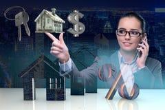 Bizneswoman opowiada na telefonie komórkowym w hipotecznym pojęciu Obrazy Stock