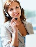 Bizneswoman opowiada na telefonie podczas gdy pracujący Zdjęcia Royalty Free