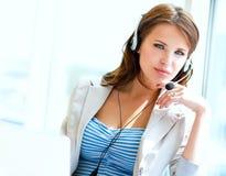 Bizneswoman opowiada na telefonie podczas gdy pracujący Fotografia Stock
