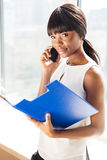 Bizneswoman opowiada na telefonie w biurze Zdjęcia Royalty Free