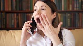 Bizneswoman opowiada na wiszącej ozdobie w domu Młody żeński fachowy odbiorczy dobre wieści excited zbiory