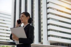 Bizneswoman opowiada nad mądrze telefonem obraz stock