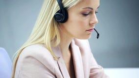 Bizneswoman opowiada przy biurem z słuchawki zbiory