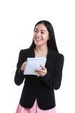 Bizneswoman opowiada z niektóre ciałem i trzyma nutowego papier, dalej Obraz Stock