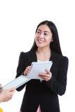 Bizneswoman opowiada z niektóre ciałem i trzyma nutowego papier, dalej Obraz Royalty Free