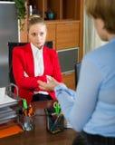 Bizneswoman opowiada z pracownikiem Obraz Royalty Free