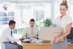 Bizneswoman opuszcza biuro po podpalającego Obrazy Stock
