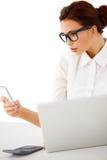 Bizneswoman otrzymywa mobilnego wezwanie obraz royalty free