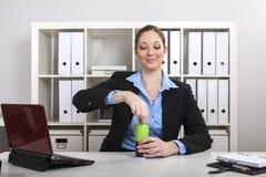 Bizneswoman otwiera napój puszkę Obrazy Stock