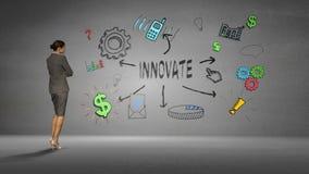 Bizneswoman patrzeje ścianę z wprowadza innowacje brainstorm zbiory
