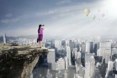 Bizneswoman patrzeje balony z obuocznym obraz stock