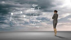 Bizneswoman patrzeje brainstorm w pustyni zdjęcie wideo