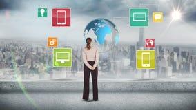 Bizneswoman patrzeje cyfrowego brainstorm zdjęcie wideo