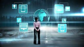 Bizneswoman patrzeje cyfrowego brainstorm zbiory wideo