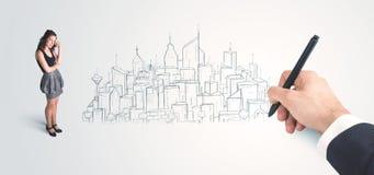 Bizneswoman patrzeje gotowego rysującego miasto na ścianie Zdjęcia Royalty Free