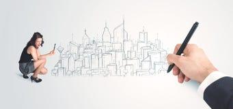 Bizneswoman patrzeje gotowego rysującego miasto na ścianie Zdjęcia Stock