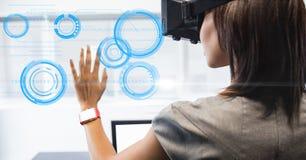 Bizneswoman patrzeje okrąg na VR szkłach zdjęcie royalty free