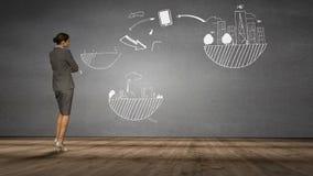 Bizneswoman patrzeje popielatą ścianę z brainstorm zbiory