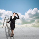 Bizneswoman patrzeje przez lornetek Zdjęcia Stock