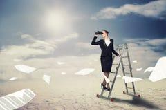 Bizneswoman patrzeje przez lornetek Obrazy Stock