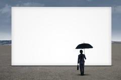 Bizneswoman patrzeje pustego billboard Fotografia Royalty Free