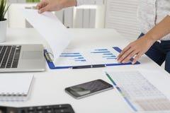 Bizneswoman patrzeje raport na biurku obrazy royalty free