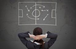 Bizneswoman patrzeje strategicznie plan gry Obrazy Royalty Free