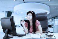 Bizneswoman patrzeje z ukosa w biurze zdjęcia royalty free