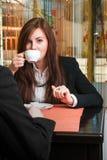 Bizneswoman pije kawę Zdjęcia Stock