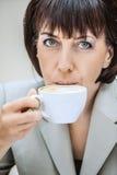 Bizneswoman pije kawa Obrazy Royalty Free