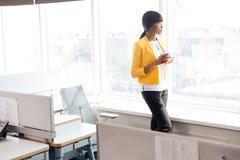 Bizneswoman pije kawa w biurze Obraz Stock