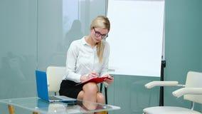 Bizneswoman pisać na maszynie na laptopie, rÄ™ki w górÄ™ zdjęcie wideo