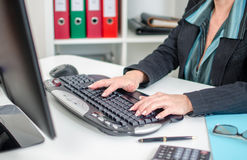 Bizneswoman pisać na maszynie na klawiaturze Obraz Royalty Free
