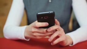 Bizneswoman pisać na maszynie wiadomość na smartphone nowożytne technologie Nowy telefon komórkowy zdjęcie wideo