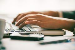 Bizneswoman pisać na maszynie jej raport w biurze Obraz Royalty Free
