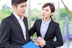 Bizneswoman pociesza jej kolegi zdjęcie royalty free