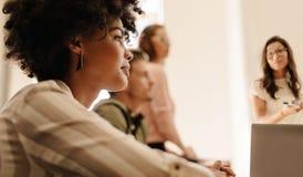 Bizneswoman podczas prezentaci w deskowym pokoju Obrazy Royalty Free