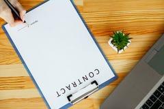 Bizneswoman podpisuje dokument lub kontrakt Obrazy Stock