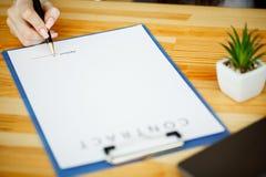 Bizneswoman podpisuje dokument lub kontrakt Obrazy Royalty Free