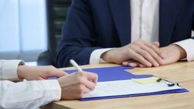 Bizneswoman podpisuje kontrakt i trząść ręki na transakci fotografia stock