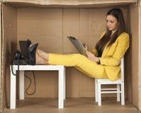 Bizneswoman podpisuje niektóre dokumenty zdjęcia stock