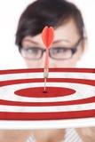 Bizneswoman pokazuje dartboard Obrazy Stock