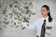 Bizneswoman pokazuje jak łatwy ja jest dostawać bogactwo online zdjęcie stock
