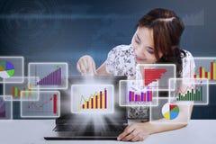 Bizneswoman pokazuje marketingowego raportowego diagram Obrazy Stock