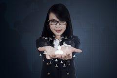 Bizneswoman pokazuje ogólnospołeczną sieci ikonę Zdjęcia Stock