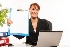 Bizneswoman pokazuje schowka pustych stojaki Zdjęcia Royalty Free