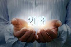 Bizneswoman pokazuje 2018 w ręce Obraz Stock