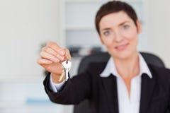 Bizneswoman pokazywać klucze Obraz Stock