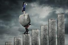 Bizneswoman pozycja nad partner i kamień Zdjęcia Royalty Free